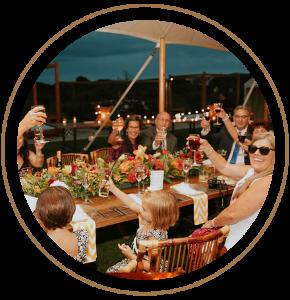 Dieses Foto zeigt eine Familie beim einem Partyservice von Ledder